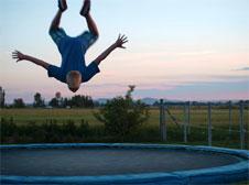 adolescent sur trampoline